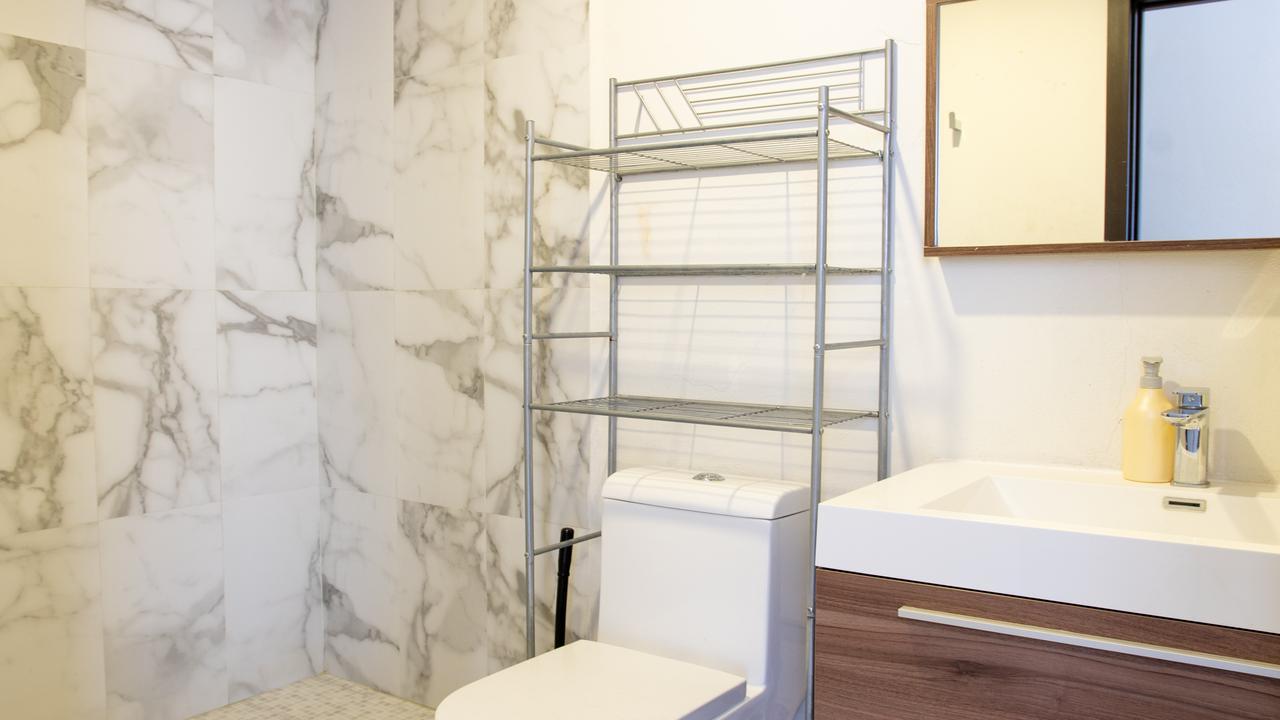 Imagen de baño en Av central, Carola