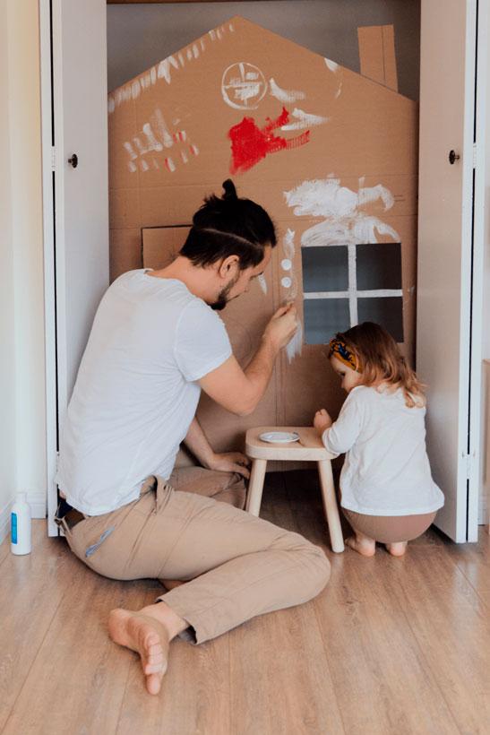Padre e hija en departamento reformado